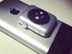 iPhone und Apple Watch aufeinanderliegend