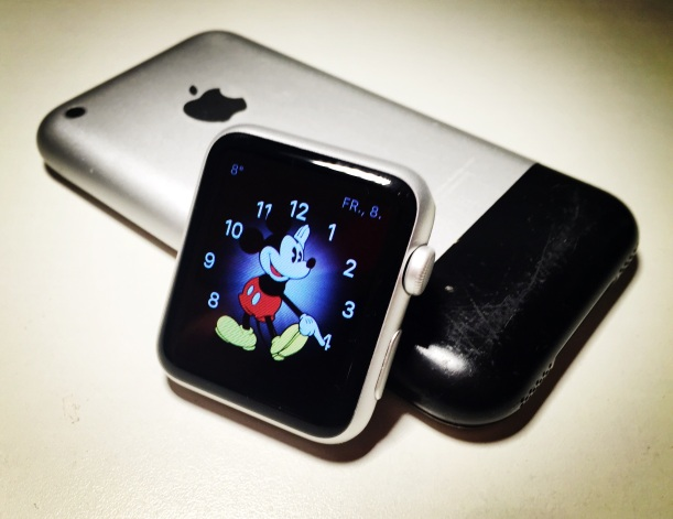 iPhone und Apple Watch mit Mickey